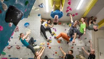 Fit am nachgebauten Berg: Die Teilnehmer der Klettergruppe an den Wänden und Decken im Boulderraum des Schlieremer Kletterzentrums Gaswerk.
