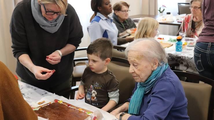 Kinder der Kita Sonnenberg treffen regelmässig Bewohner des Alterszentrums Rosenau.
