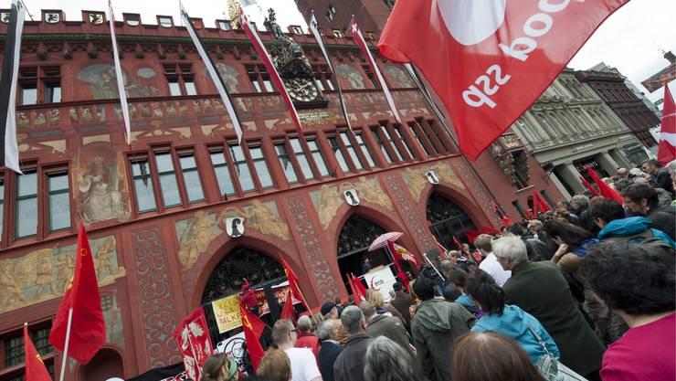 Rund 1300 Personen haben am Dienstagmorgen an der 1.- Mai-Demonstration vor dem Basler Rathaus teilgenommen.