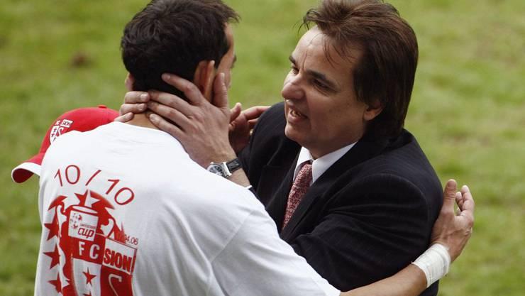 Vogt (links) wird von Sion-Präsident Constantin nach dem Cupgewinn 2006 geherzt.