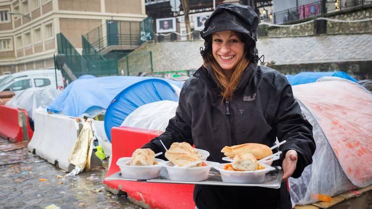 Die notdürftigen Unterkünfte der Flüchtlinge in Paris Nord schützen kaum vor Kälte und Nässe. Wenigstens haben sie dank Jael Schärli eine warme Mahlzeit.