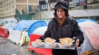 Die Schattenseiten von Paris: Jael Schärli verteilt Mahlzeiten, Schlafsäcke und Zelte an Geflüchtete