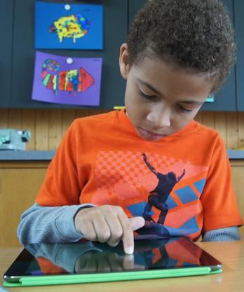 Jaron lernt auf der digitalen Schiefertafel
