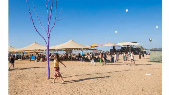 Bäume hat es hier tatsächlich fast keine. Lila gestrichen passt er zum Festival, das auch Kunst ausstellt. Das kleine Burning Man im Nahen Osten eben. Foto: Kathi Bettels