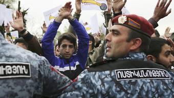 Polizei stellt sich in Armeniens Hauptstadt Eriwan vor Demonstrierende