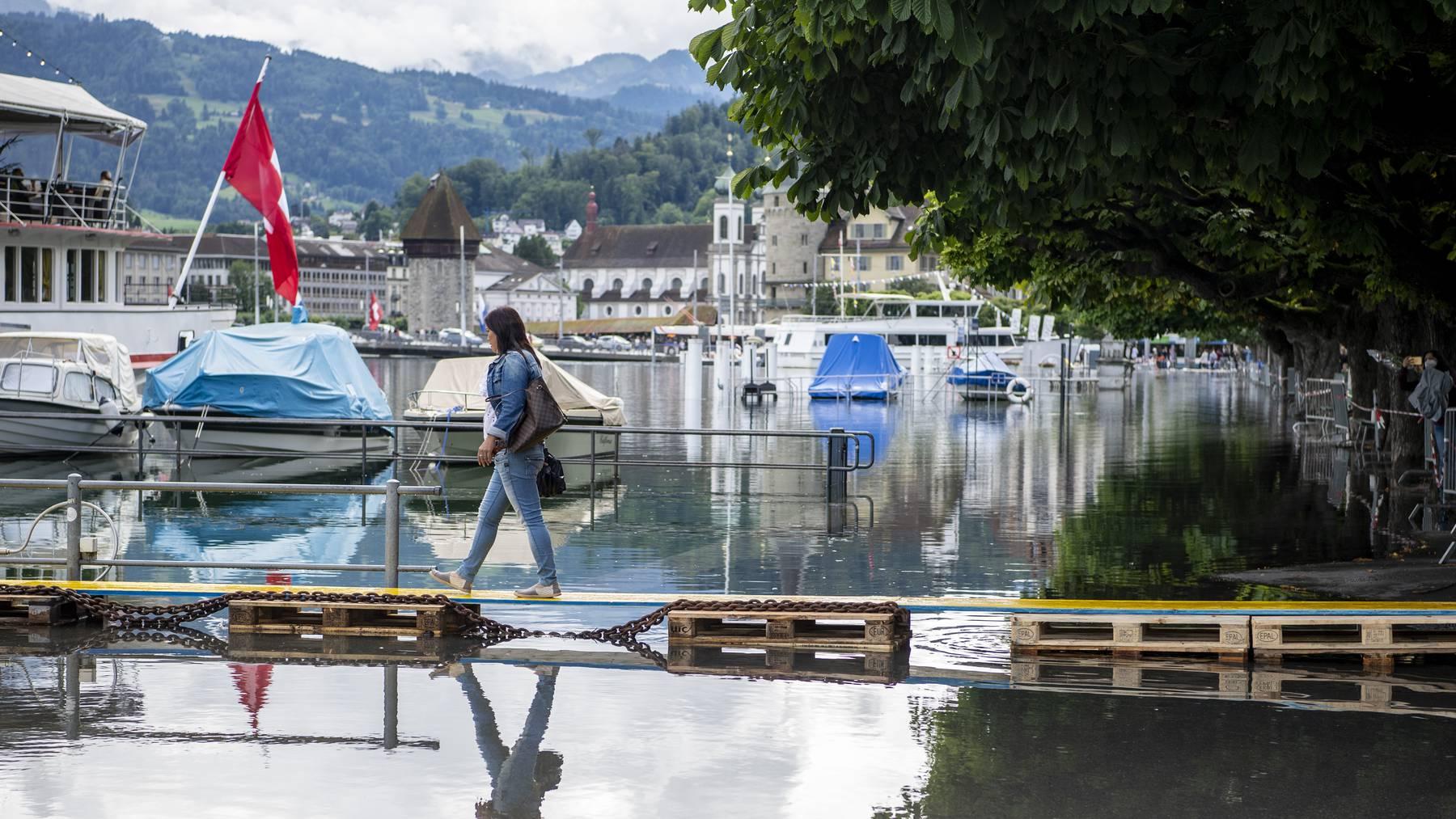 Die ersten Wasseruebertritte am Schweizerhofquai in Luzern sind erfolgt, am Freitag, 16. Juli 2021, in Luzern. Der Wasserspiegel des Vierwaldstaettersees ist bedrohlich hoch angestiegen und es muss in den naechsten Tagen mit Ueberschwemmungen gerechnet werden.