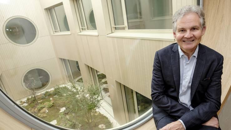 Der Klinikdirektor Alain Di Gallo vor dem Helligkeit spendenden, unbegehbaren Innenhof.