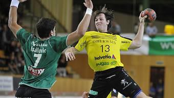 St. Otmars Alex Usik (r.) gegen Wackers Topskorer Nikola Isailovic.