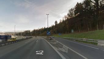 Das abgedrängte Auto prallte auf Höhe der Ausfahrt Neuenhof gegen die Betonmauer am Strassenrand.
