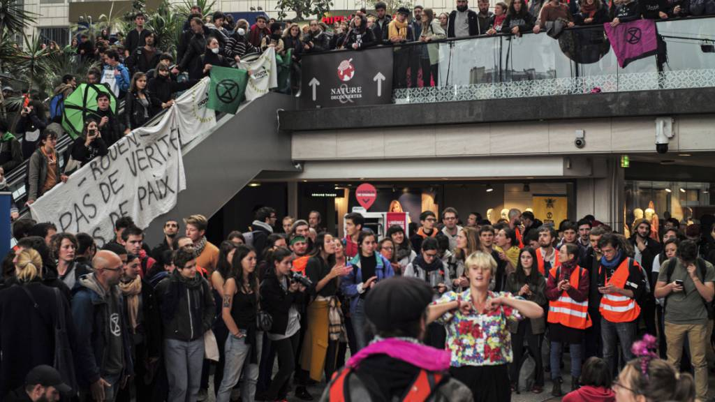 Klima-Aktivisten besetzen Einkaufszentrum vorübergehend