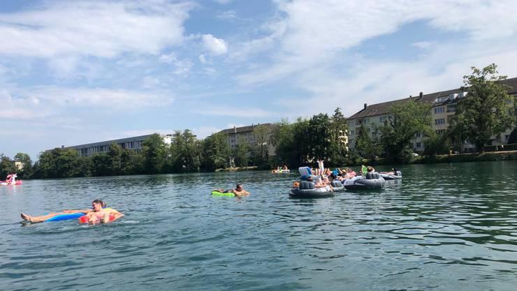 Aareböötler, die bei Solothurn das Leben geniessen.