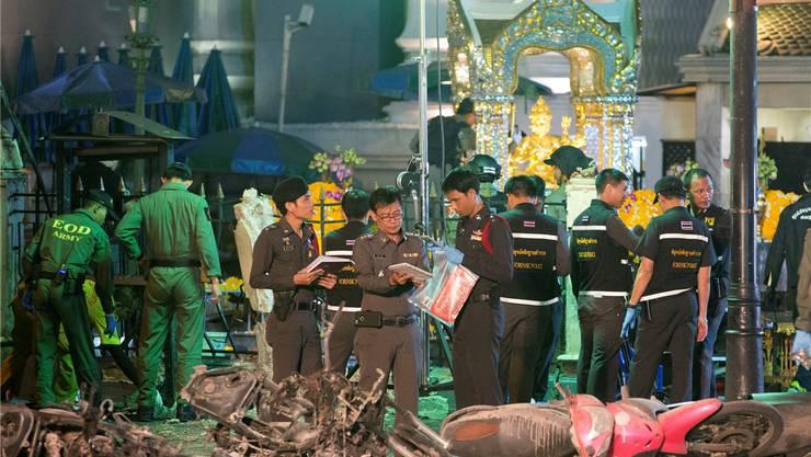 Thailändische Polizisten am Ort des Attentats vor dem Erawan-Schrein.