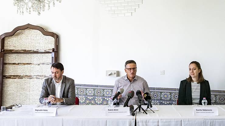 Petrit Alimi, der Präsident der Islamische Gemeinde Luzern (Mitte) nimmt Stellung zu den Vorwürfen gegen einen Imam in Kriens.