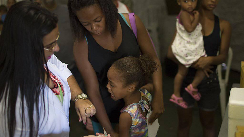 Tais da Silva Almeida bringt ihre Tochter zur Impfung in Casimiro de Abreu: In Brasilien breitet sich das Gelbfieber aus.