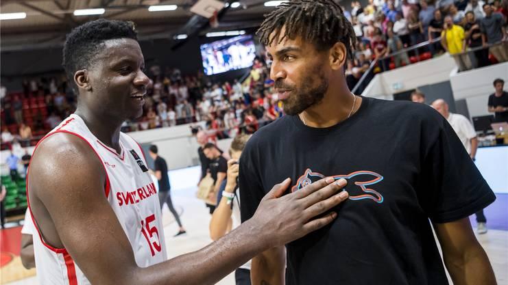 Die Schweizer Thabo Sefolosha (rechts) und Clint Capela spielen bei den Houston Rockets.
