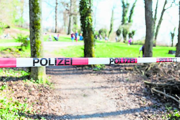 Niemand darf durch: Am Hallwilersee sperrt die Polizei beliebte Bade- und Picknickplätze mit Band ab.
