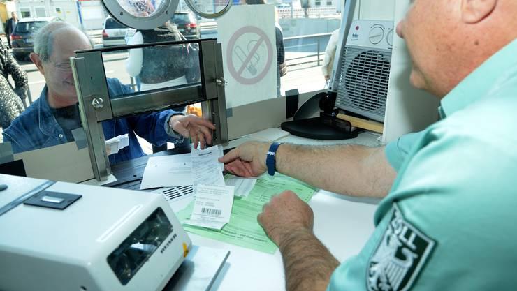 5,7 Millionen grüne Zettel wurden 2018 noch im Bereich des Hauptzollamts Lörrach abgestempelt.