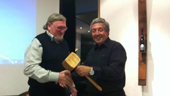 Der abtretende Präsident Hans Jörg Huber übergibt dem neuen Vorsitzenden Markus Hiltbrunner den Präsidentenstab in Form eines eingravierten Holzhammers.
