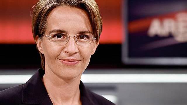 Sonja Hasler muss vorübergehend sitzend moderieren (Quelle: SRF)