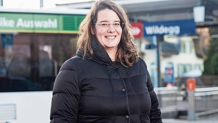 Ammann-Kandidatin Jeanine Glarner beim Bahnhof Wildegg, wo Bauprojekte anstehen.