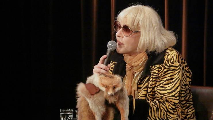 Irmgard Knef mit dem Fuchs, den sie ihrer Zwillingsschwester Hildegard abgeluchst haben wollte.
