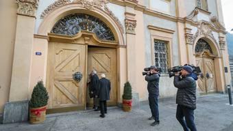 Grosses Medieninteresse: Zwei Domherren auf dem Weg zur Wahl eines neuen Bischofs von Chur.