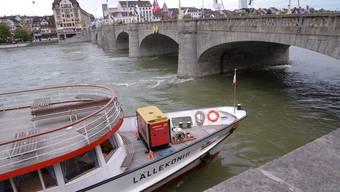 Der Rheinpegel ist zu hoch: Der «Lällekönig» kommt nicht mehr unter der Mittleren Brücke durch.