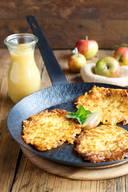 Zutaten für 4 Personen: Festkochende Kartoffeln für 4 Personen (etwa 200–250g pro Person)2 fein gehackte Zwiebeln2–3 gepresste Knoblauchzehen200 g Speckwürfel3–4 EL Mehl3–4 EierSalz, Pfeffer, Muskat1,5 bis 2 cl Öl in der Pfanne zum Braten Kartoffeln schälen, fein raffeln. Mit Salz mischen und für 30 Minuten ziehen lassen. Danach die Kartoffeln in ein Küchentuch geben, das Wasser ausdrücken. Wieder in eine Schüssel geben und mit den restlichen Zutaten mischen. Öl in der Pfanne erhitzen. Jeweils zwei Esslöffel der Masse zu einem etwa einen Zentimeter dicken Schnitzel formen und in die Pfanne geben. Sobald der Rand der Schnitzel angebräunt ist, können sie gewendet werden, ohne dass sie auseinanderfallen. Die Schnitzel passen zu einem bunten Gartensalat oder zu Apfelmus.