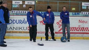 Der lokale Star in der Mitte: Die Aarauer Eisstöckler Christian Meyer, Martin Caspar und Hanspeter Minder an der Schweizer Meisterschaft in Wetzikon ZH.