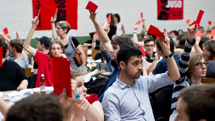 Immer mehr Junge politisieren aktiv – ihre Alterskollegen gehen allerdings kaum an die Urne.