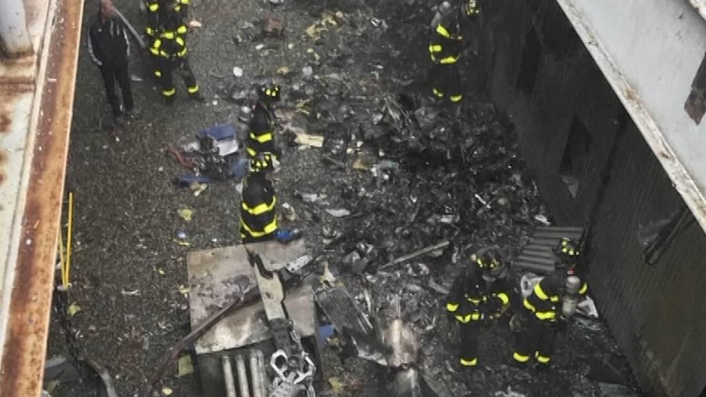 Helikopter stürzt auf New Yorker Wolkenkratzer
