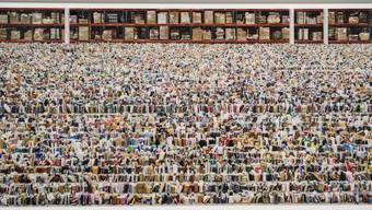 Zeigt die Warenwelt echter als echt: «Amazon» (2016) von Andreas Gursky. Das riesige Foto hängt hier in der Hayward Gallery London, eine Angestellte klebt eine Abstandslinie für allzu begeisterte Besucher.