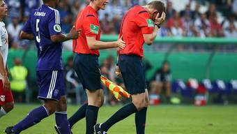 Schiedsrichter Martin Petersen am Kopf getroffen