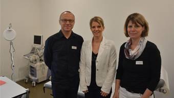 Das Team (v. l.). Dr. med. Wojciech Syrynski, Silke Körner (Empfang, Sekretariat), Marlis Kamber (Medizinische Praxisassistentin).