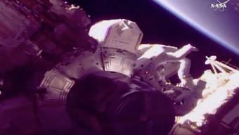 Die Astronauten Drew Feustel (r.) und Ricky Arnold sind beim Ausseneinsatz an der Raumstation ISS zugange.