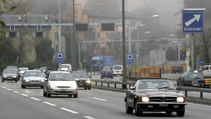 Das Astra überdeckt die Autobahn in Zürich-Schwamendingen in den nächsten Jahren mit einem Tunnel, um die Anwohner von Lärm und Abgasen zu entlasten. (Archiv)