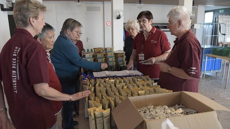 Christa Brotschi, zweite von rechts, bespricht mit ihren Helferinnen die Abgabemenge der einzelnen Produkte.