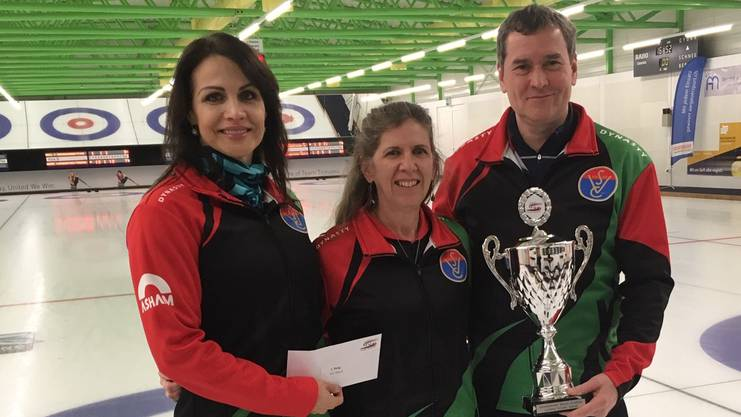 Ungarns Curler mit Ildiko Szekeres, Coach Karen Watson und Gyorgy Nagy.