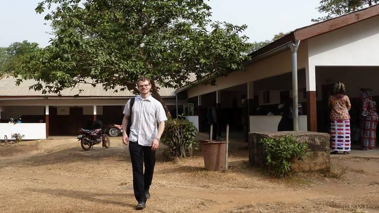 David Leuenberger vor dem Hauptgebäude des Centre Médical in Macenta in Guinea. HO