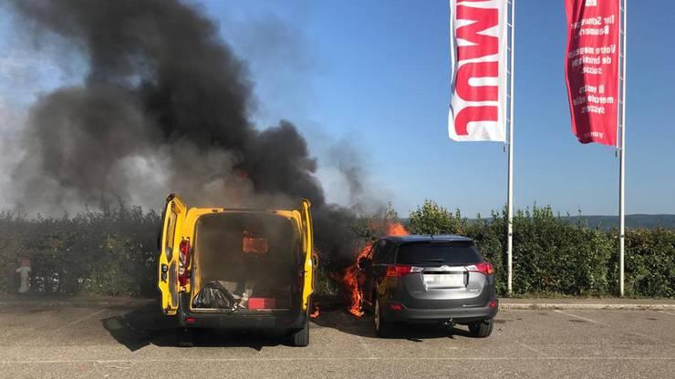 Das Feuer brach im Motorraum des Lieferwagens aus.