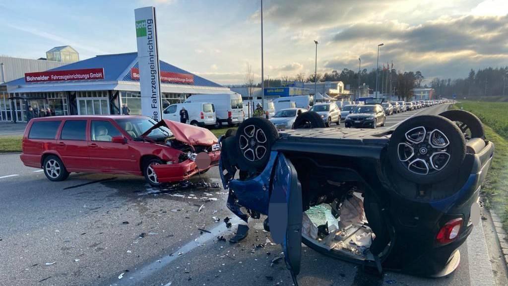 Der Fahrer des roten Kombis hatte den entgegenkommenden Kleinwagen übersehen. Er war mit 0,8 Promille Alkohol im Blut unterwegs.