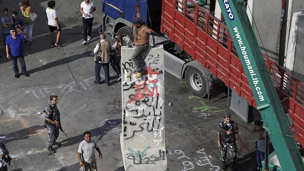 """Die """"Mauer der Schande"""", die der libanesische Innenminister nach Protesten in Beirut aufstellen liess, wird wieder abgebaut. Eine Lösung der Abfallkrise lässt aber weiter auf sich warten."""