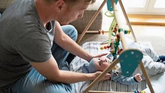 Am 27. September entscheiden die Stimmbürger, ob Väter einen zweiwöchigen, bezahlten Vaterschaftsurlaub erhalten sollen.