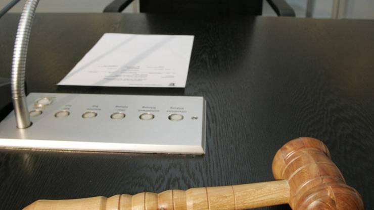 Das Bezirksgericht in Siders VS verurteilte einen 61-jährigen Walliser, der seine Frau mit 46 Messerstichen getötet hat, zu einer Freiheitsstrafe von zehn Jahren.