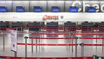 Die Coronavirus-Pandemie hat beim Flughafen Zürich zu einem Einbruch bei den Passagierzahlen im März geführt. Insgesamt sackte die Zahl der Reisenden um fast zwei Drittel ab. Im April wird es noch schlimmer. (Archiv)
