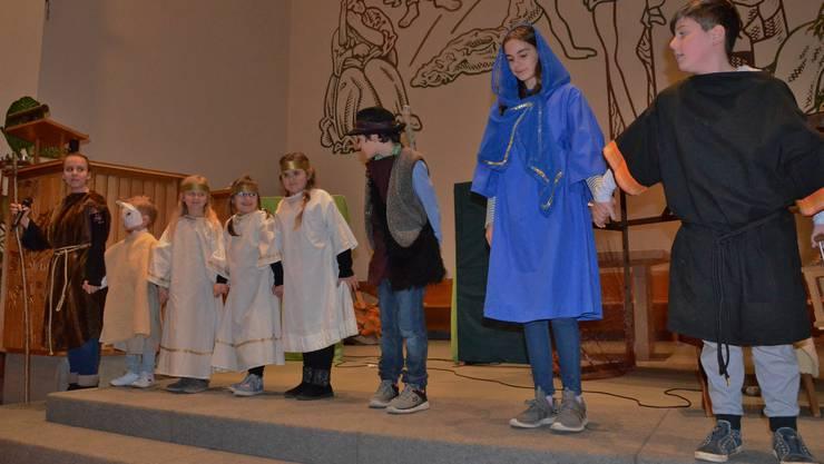 Die Kinder zeigen das Wunder der Weihnacht