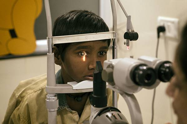 In der Klinik werden Ganeshs Augen genau untersucht.