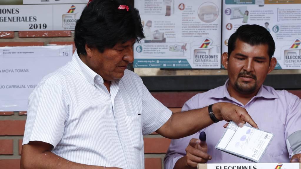 Der amtierende Präsident von Bolivien, Evo Morales (links), muss um seine Wiederwahl bangen.
