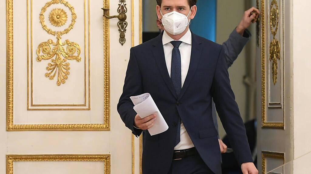 Sebastian Kurz (ÖVP), Bundeskanzler von Österreich, kommt mit Mund-Nasen-Schutz  zu einer Pressekonferenz vor dem Ministerrat im Bundeskanzleramt in Wien. Foto: Helmut Fohringer/APA/dpa