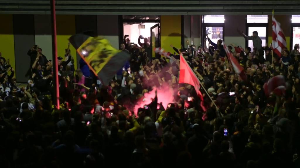 Fans des HC Ajoie feiern den Aufstieg